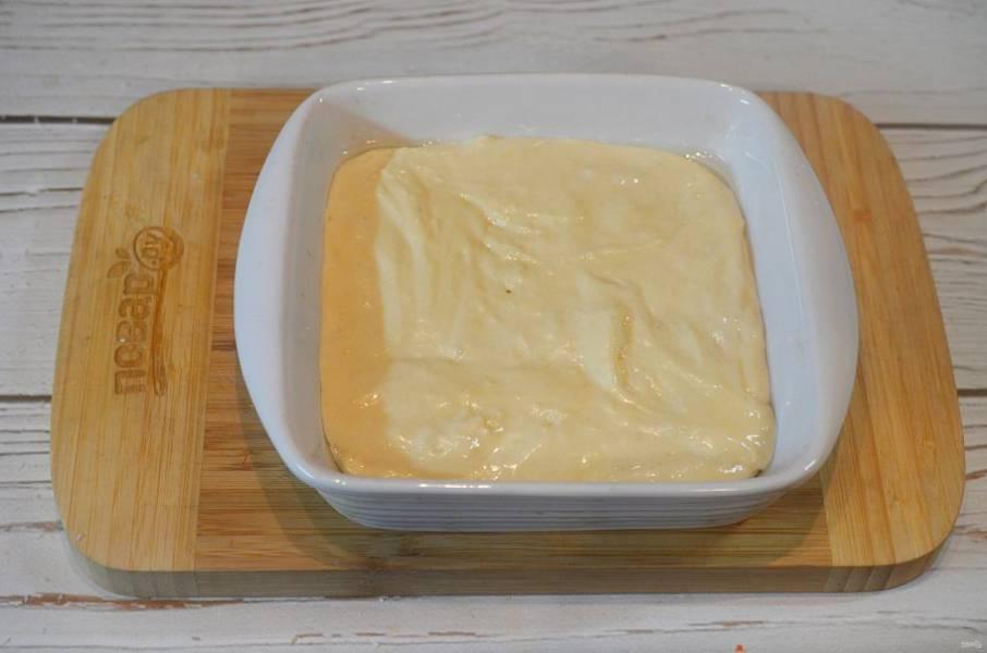 6. Вылейте тесто в жаропрочную форму, смазанную маслом.