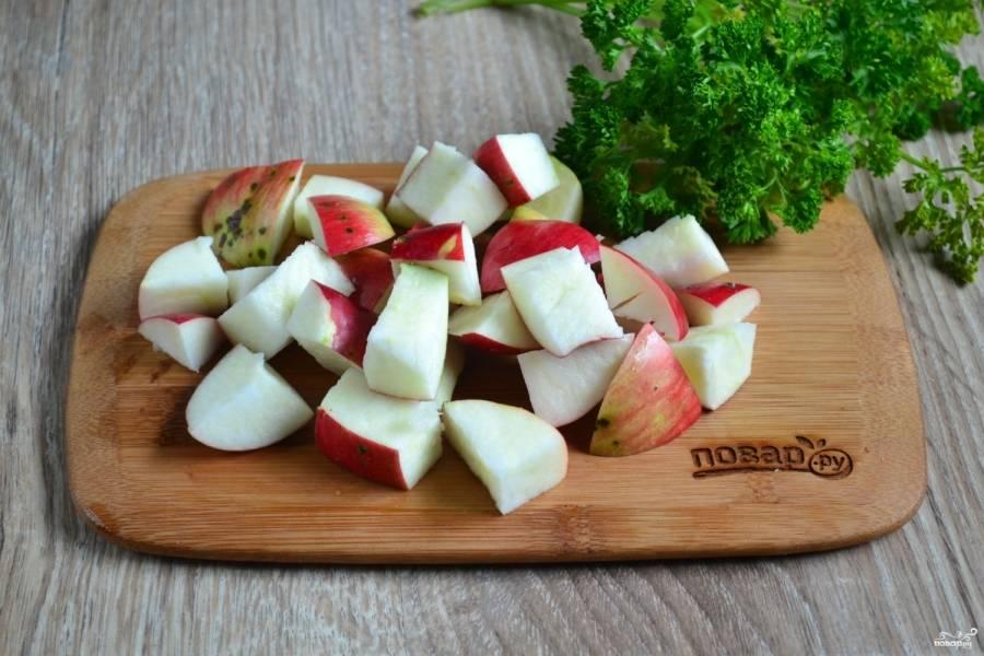 Яблоки, не очищая, порежьте некрупными кубиками.