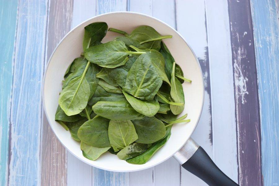 Шпинат потушите на сковороде под крышкой до мягкости, заправьте соевым соусом по вкусу.