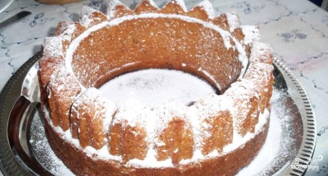 5.Десерт посыпьте сверху сахарной пудрой. Блюдо готово! Теперь рецепт о том, как приготовить коврижку без яиц, вы можете вписать в книгу со своими фирменными блюдами.