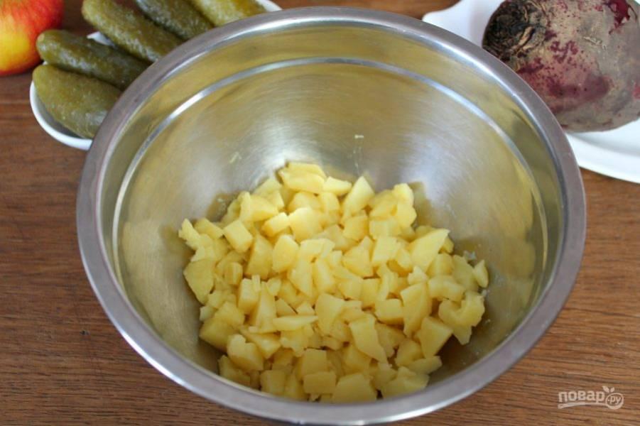 Вареный картофель чистим, режем и отправляем в миску.