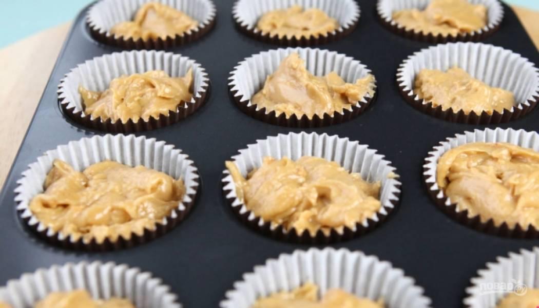 3.Выложите тесто в формы для выпекания.
