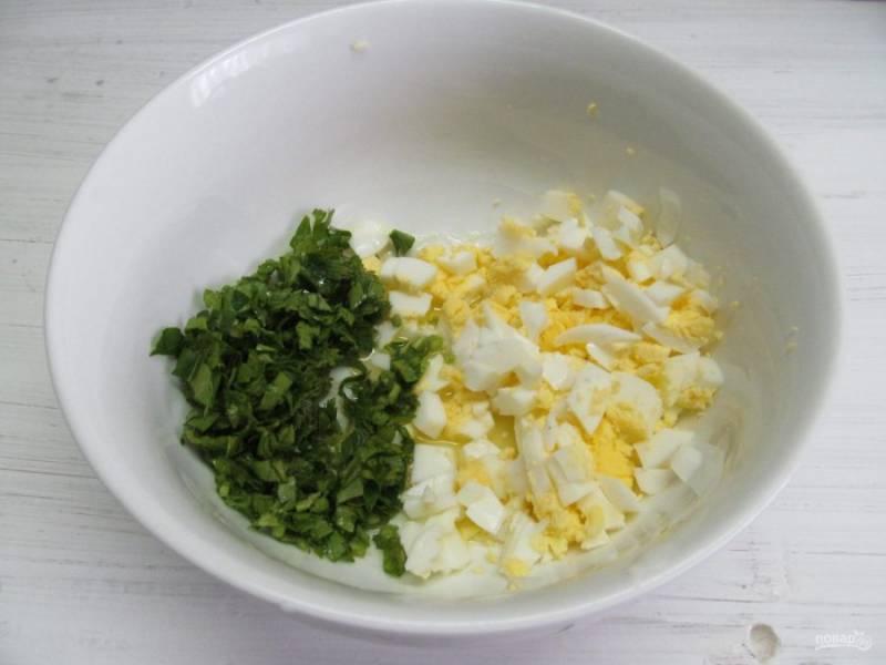 Для начинки мелко нарежьте вареные яйца, петрушку или зеленый лук. А можно и то, и другое.
