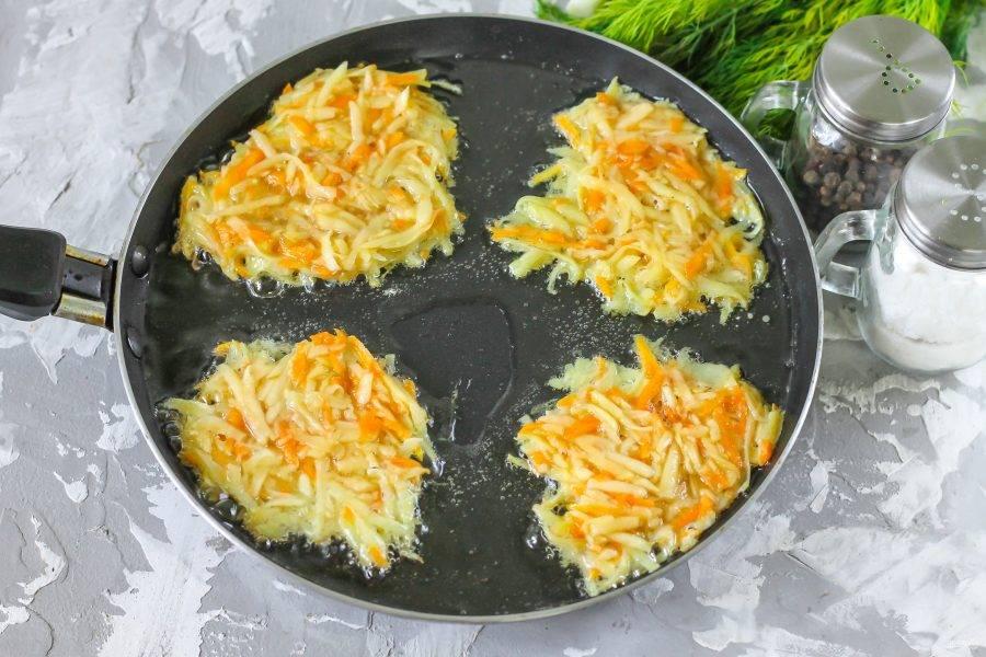 Прогрейте на сковороде растительное масло. Выложите столовой ложкой порции теста в масло и разровняйте, чтобы драники прожаривались и внутри. Готовить блюдо нужно на среднем или манимальном нагреве.