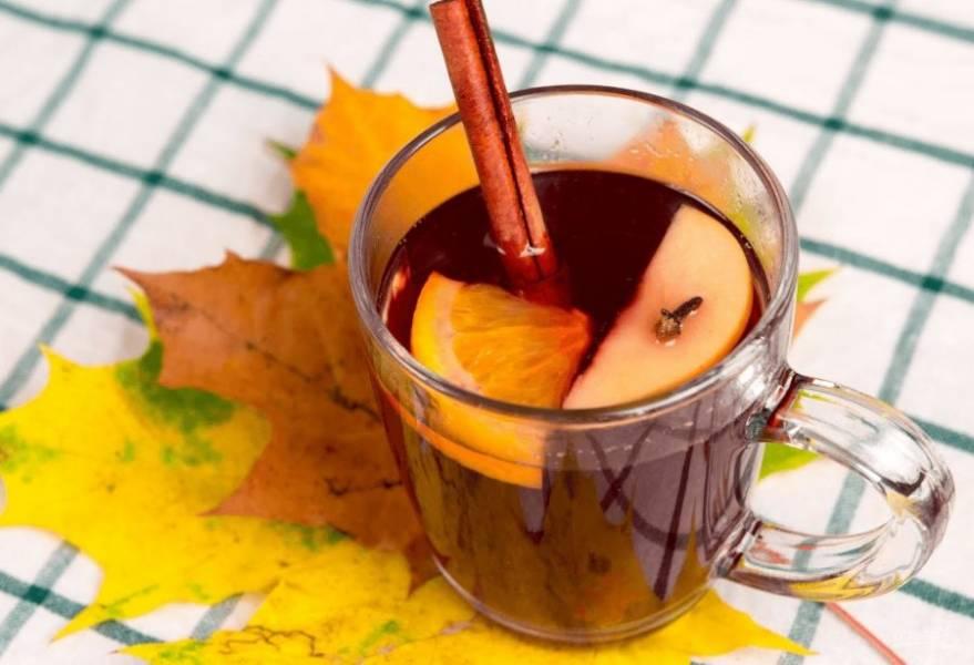 4. Подавайте, украсив палочкой корицы и ломтиками фруктов. Приятного аппетита!