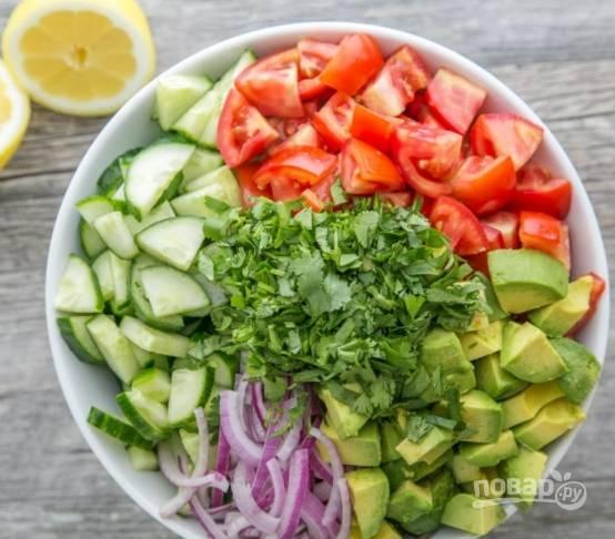 Отправляем все в миску. Также измельчаем зелень и отправляем к овощам.