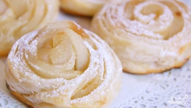 Остывшие розочки посыпаем сахарной пудрой и подаем к столу.