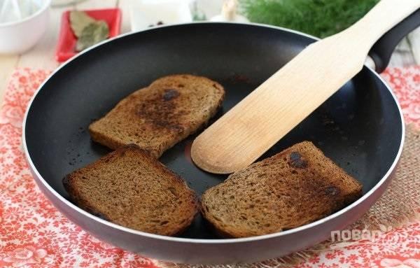 3. На сухой сковороде чуть подсушите хлеб с двух сторон.