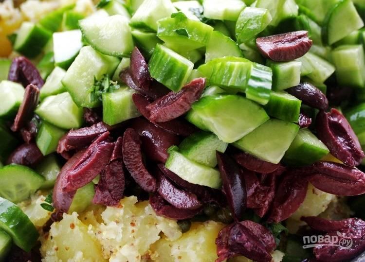 8.Выложите к картофелю остальные ингредиенты.