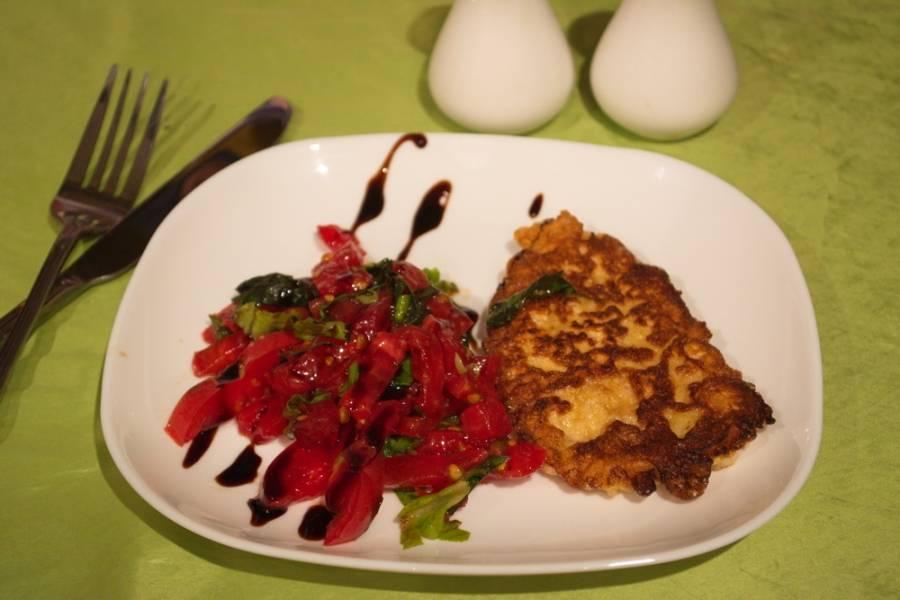 5. На порционную тарелку выложите немного салата. Прибавьте отбивную. Подайте к столу. Приятного аппетита!