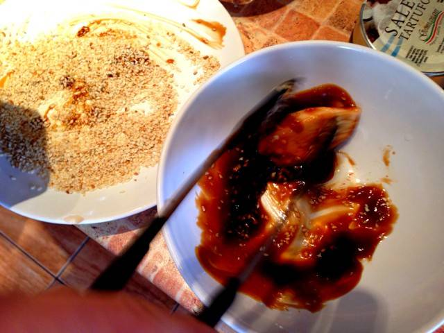 3. Грудку вымыть, обсушить немного и отправить на сковороду с небольшим количеством кунжутного масла. В небольшую мисочку налить устричный соус и для любителей остренького добавить перец чили. Обжаренную на сильном огне до золотистой корочки отправить сначала в соус, а затем обвалять со всех сторон в кунжуте.