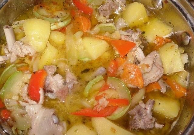 Соедините индейку с овощами, добавьте специи и измельченный чеснок, порезанную зелень. Тушите еще 10-15 минут.