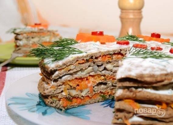 Украсьте торт сверху укропом, морковью и кружками перца. Всё готово! Приятного аппетита!