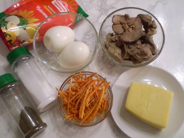Отварите куриную печень и яйца. Остудите.