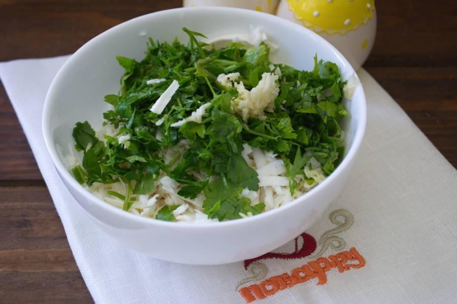 К сыру добавьте измельченную зелень и чеснок.