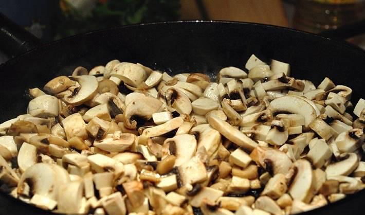 Лук и шампиньоны порежьте  и обжарьте на растительном масле.