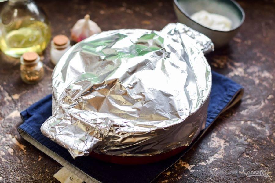 Запечатайте форму фольгой, готовьте 35 минут. После фольгу уберите, посыпьте блюдо тертым сыром и запекайте еще 10 минут.