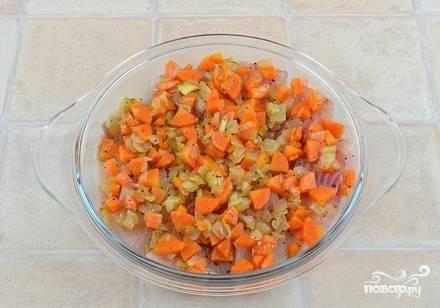 Сверху на рыбу выложите обжаренные овощи.