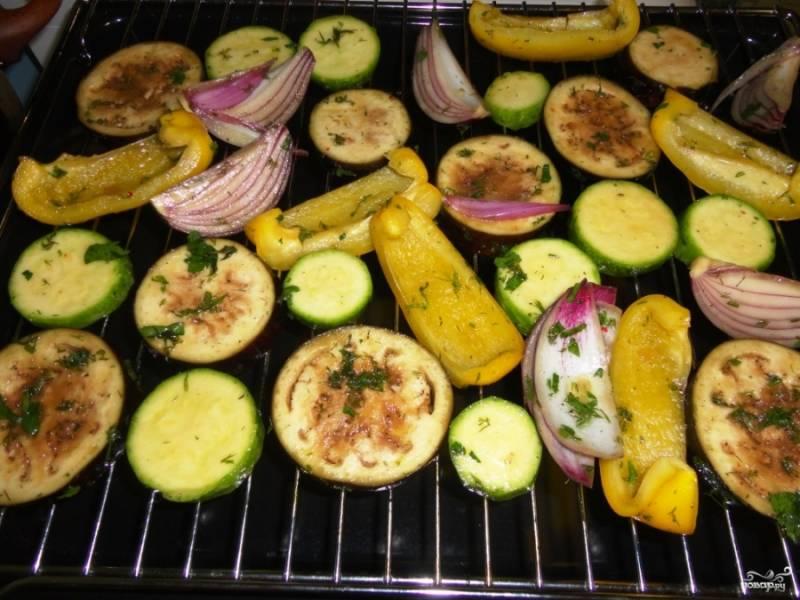 Теперь овощи нужно покрыть маринадом. Для этого их можно окунать в маринад и выкладывать на блюдо, чтобы лишняя жидкость стекла. Или же использовать кулинарную кисточку, нанося маринад на овощи. Затем их можно раскладывать на решётку в духовке.