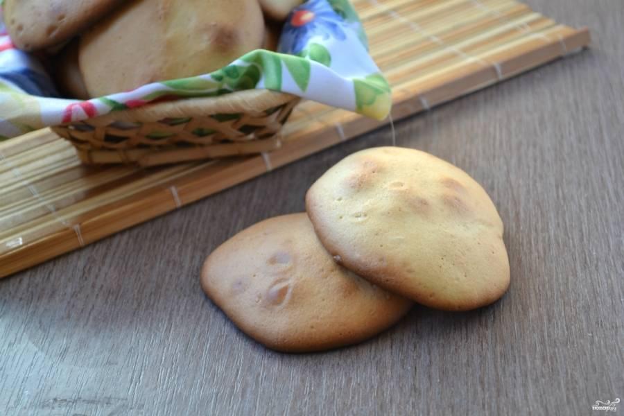 Готовому печенью дайте немного остыть на противне, затем снимите с пергамента и выложите в тарелку. Не забудьте сделать ароматный чай или кофе. Приятного аппетита!