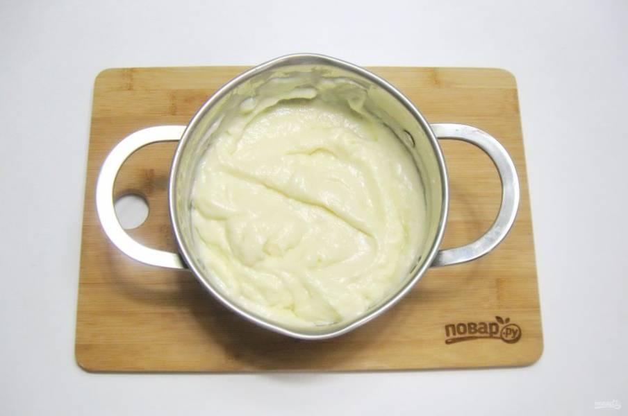 В кастрюлю налейте половину нормы молока. Добавьте пудинг и сахар, тщательно перемешайте. Влейте оставшееся молоко и поставьте кастрюлю на огонь. Постоянно перемешивая, доведите пудинг до загустения.
