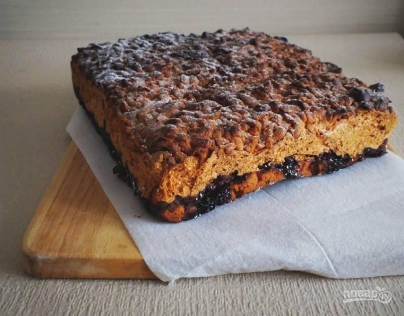 Переложите пирог на блюдо/доску, присыпьте слегка сахарной пудрой.