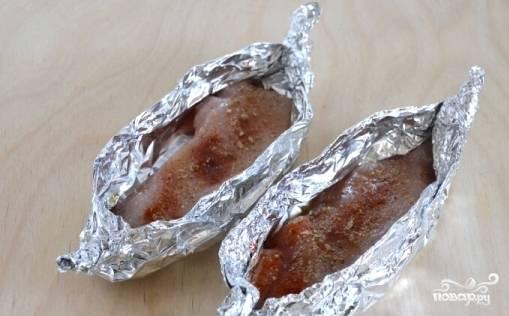 Смазываем мясо маслом с помощью кисточки и посыпаем солью и специями.