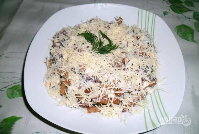 Заправьте салат майонезом, а сверху натрите сыр. Приятного аппетита!