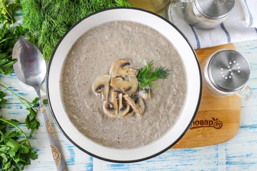 Перелейте пюрированный суп в тарелки, украсьте отложенными жаренными грибами, свежей зеленью и подайте к столу теплым.