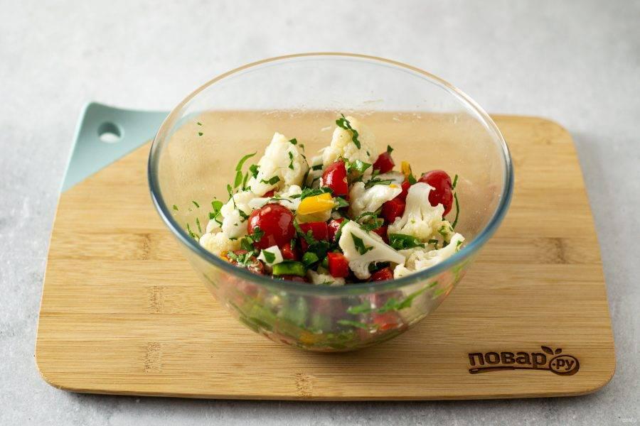 Соедините все ингредиенты в миске, заправьте оливковым маслом и лимонным соком. Посолите и поперчите по вкусу.