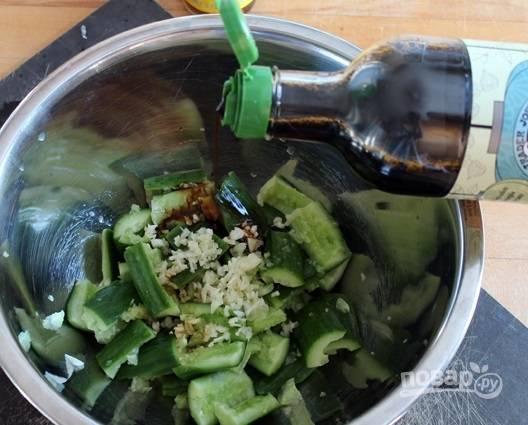 6. Добавьте соевый соус и немного растительного масла.
