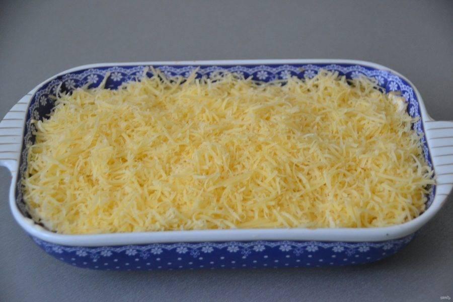 Сверху добавьте натертый на терке сыр.