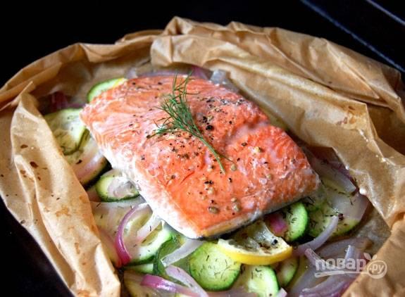 Готовьте рыбу 10 минут, затем аккуратно откройте бумагу полностью или частично и готовьте еще 5-10 минут. Подавать блюдо можно прямо в конвертиках, уложив их на тарелки.