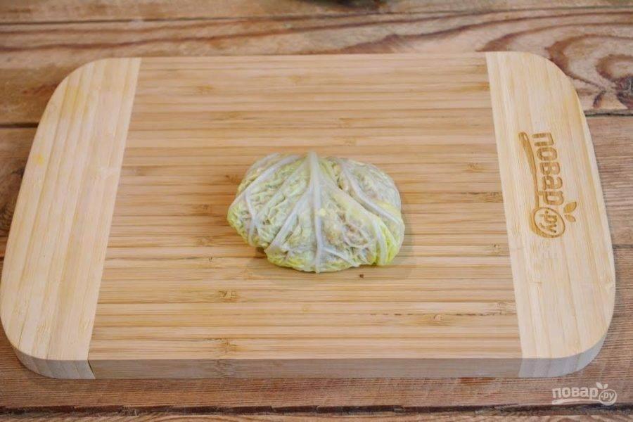 4. Заверните лист капусты в конвертик. Получится голубец.