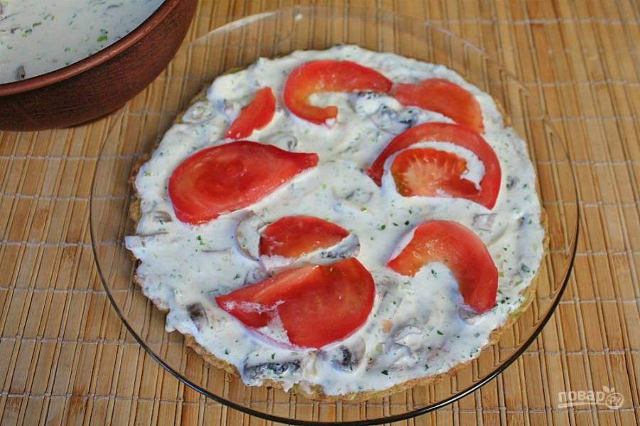 Сверху кладем нарезанные тонкими кусочками помидоры. Так, чередуя слоя собираем весь торт.
