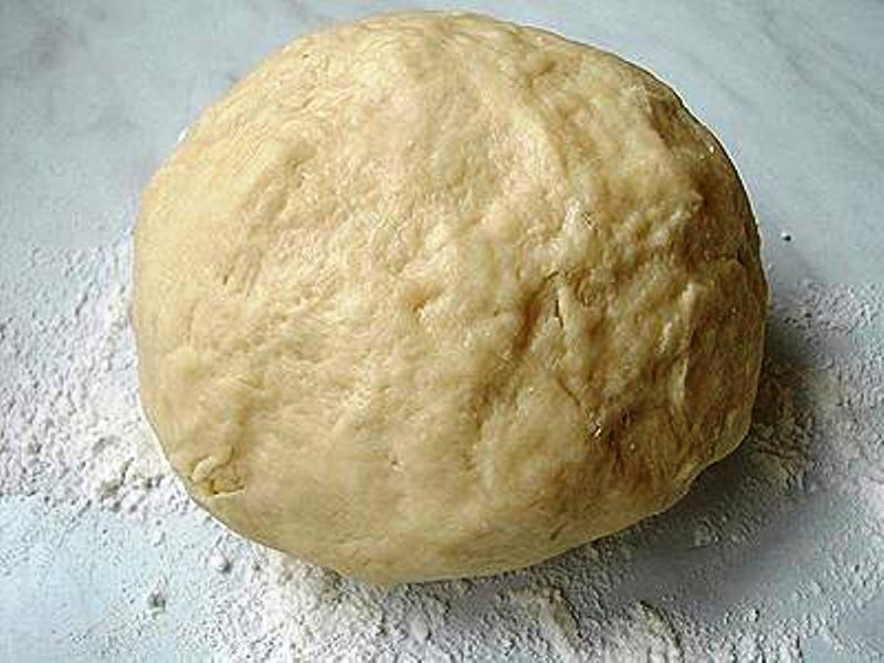 Смешайте муку, маргарин, соль и одно яйцо и замесите тесто. Сформируйте из него шар и отправьте на полчаса в холодильник.