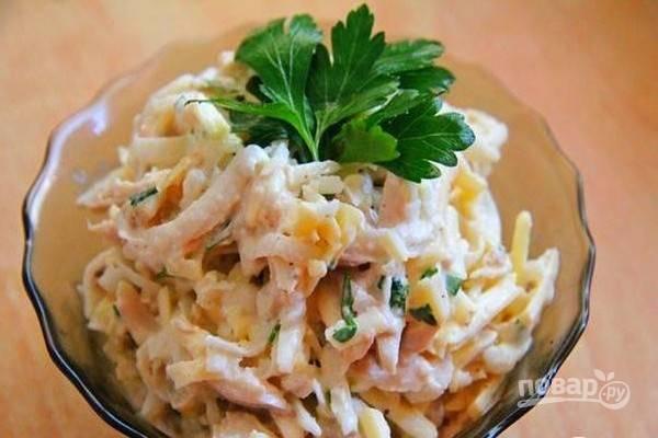 Подайте салат из дайкона с курицей охлажденным. Приятного аппетита!