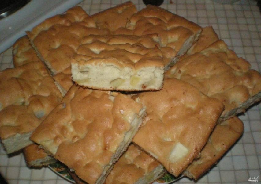 6. В него необходимо добавить груши и яблоки, все перемешайте. Вылейте тесто на противень, запекайте около 15 минут при температуре 180 градусов. Затем снимите и разрежьте на кусочки, подавайте к чаю, будет очень вкусно!