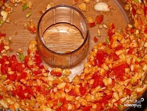 Перцы и чеснок измельчаем с помощью блендера. Добавляем в кашицу 1,5 стакана кипяченой воды, соль, сахар и уксус. Тщательно перемешиваем.