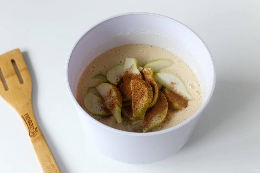 Выложите нарезанные дольками груши. Добавьте корицу по вкусу.