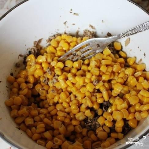 С консервированной кукурузы сливаем жидкость, добавляем ее к шпротам.
