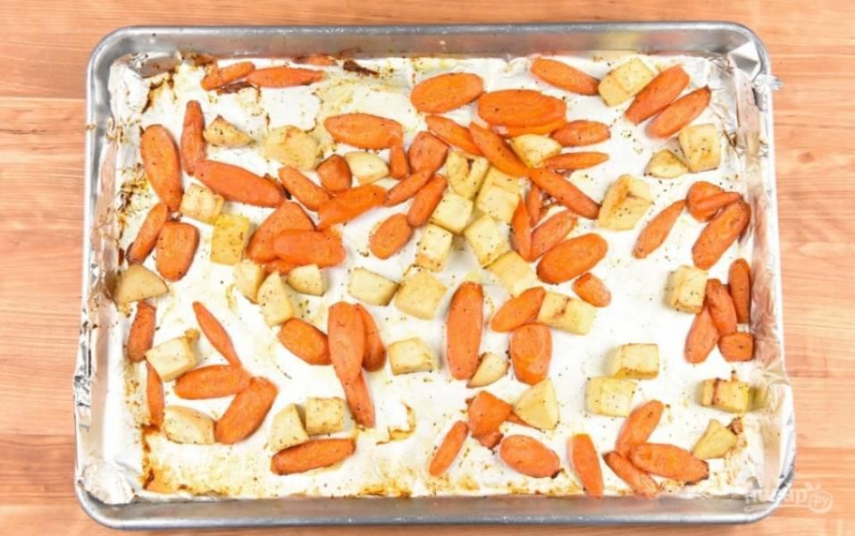 3. Тем временем просто нарезаем овощи ломтиками и в духовке при 200 градусах запекаем примерно 25 минут. Специи — по вкусу.