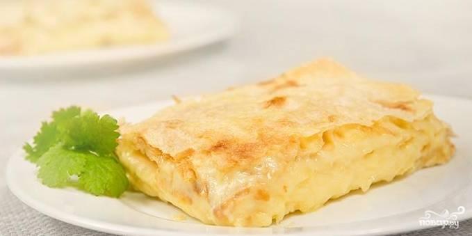 Смажьте поверхность пирога растопленным на пару сливочным маслом и отправляйте в разогретую до 180 градусов духовку. Время выпекания – 20 минут. Приятного аппетита!