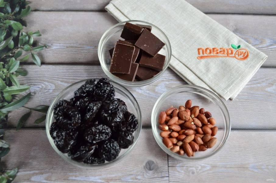 1. Подготовьте продукты. Приступим! Первым делом нужно обжарить арахис до готовности, остудить и почистить от шелухи.