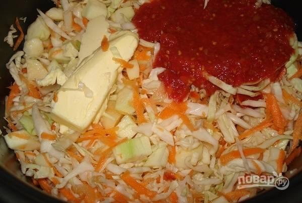 Затем добавьте масло и томатный сок. Можете всыпать специи.