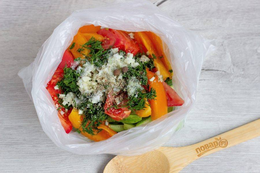 Посыпьте солью и свежемолотым перцем. На 1 кг овощей - 1 ч. ложка соли. Перец - по вкусу.