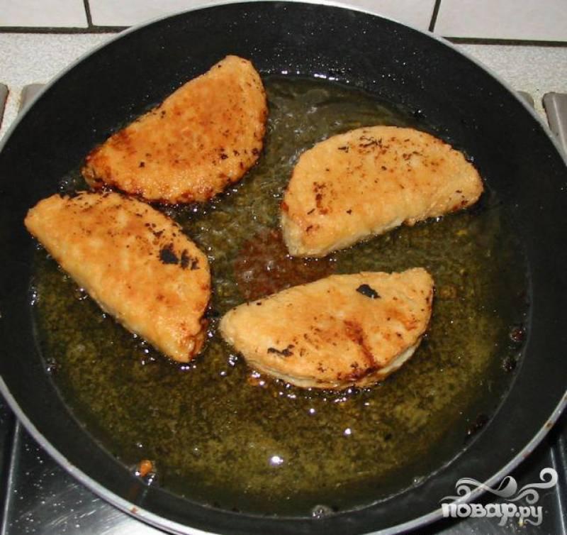 6.В сковородку влить растительное масло и нагреть на среднем огне. Добавить тесто и жарить с каждой стороны 4-5 минут. Подавать горячим.
