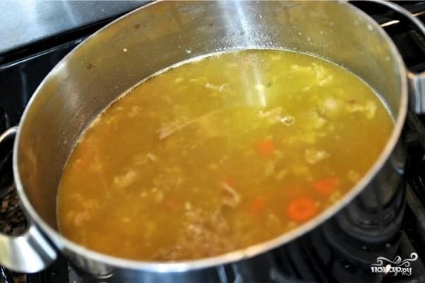 5. Залейте водой или бульоном, в котором варилась курица. Доведите до кипения, посолите. Всыпьте по вкусу специи, в данном случае это куркума, паприка, перец и немного соевого соуса, но вы можете взять и другие.