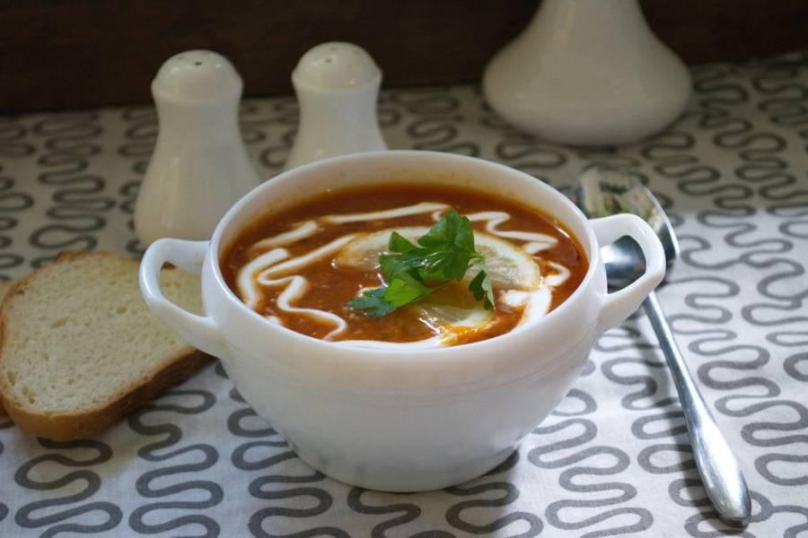 Соединяем бульон с начинкой. Куриной мясо отделяем от кости, нарезаем и возвращаем обратно в суп. Солянка доводится до кипения. Добавляем специи, чеснок, соль и сахар. Варим одну минуту и выключаем. Суп настаивается 15 минут. Приятного аппетита!