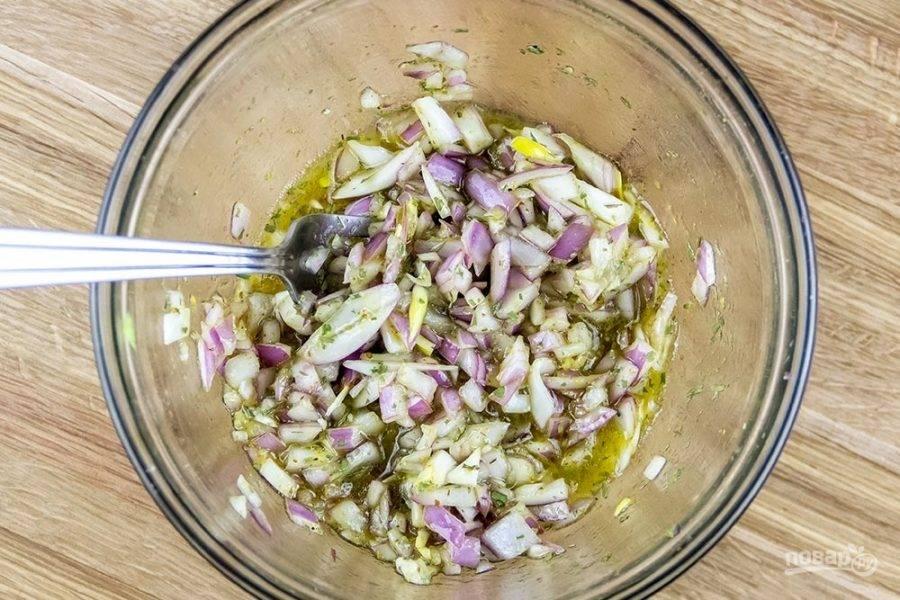 3.В отдельную миску нарежьте мелко красный лук, смешайте его с рисовым уксусом, медом, горчицей, эстрагоном.